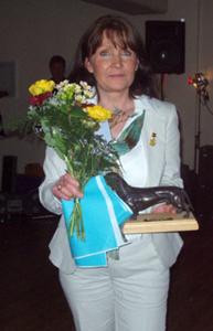 Stolt matte som tar emot Sv Taxklubbens finaste pris Bronstaxen som Bon Bon erövrade 2006